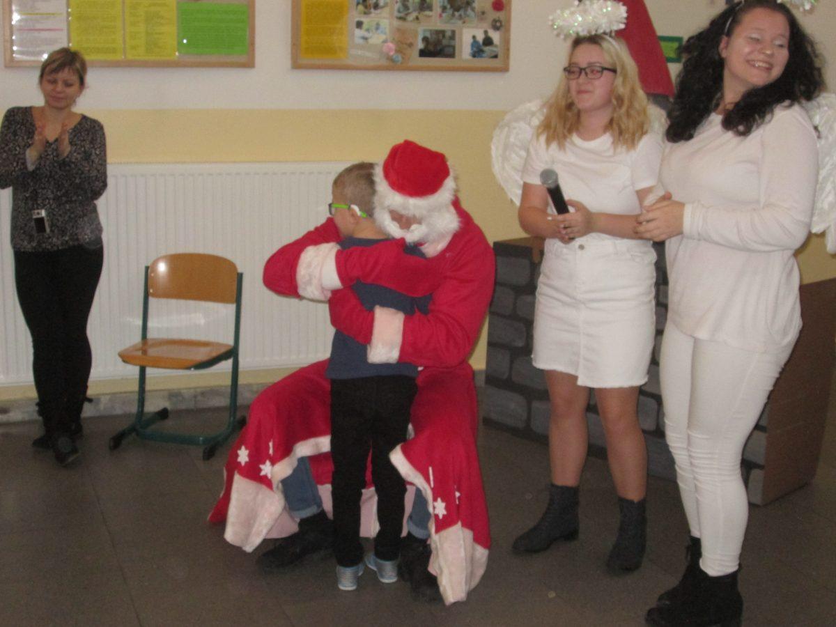 Aj v tomto roku zavítal Mikuláš do Špeciálnej základnej školy internátnej v  Bytči. Študenti I.BP a pani učiteľky Mgr. O. Černeková a Mgr. A. Medviďová  ... 1e4602e4b1f