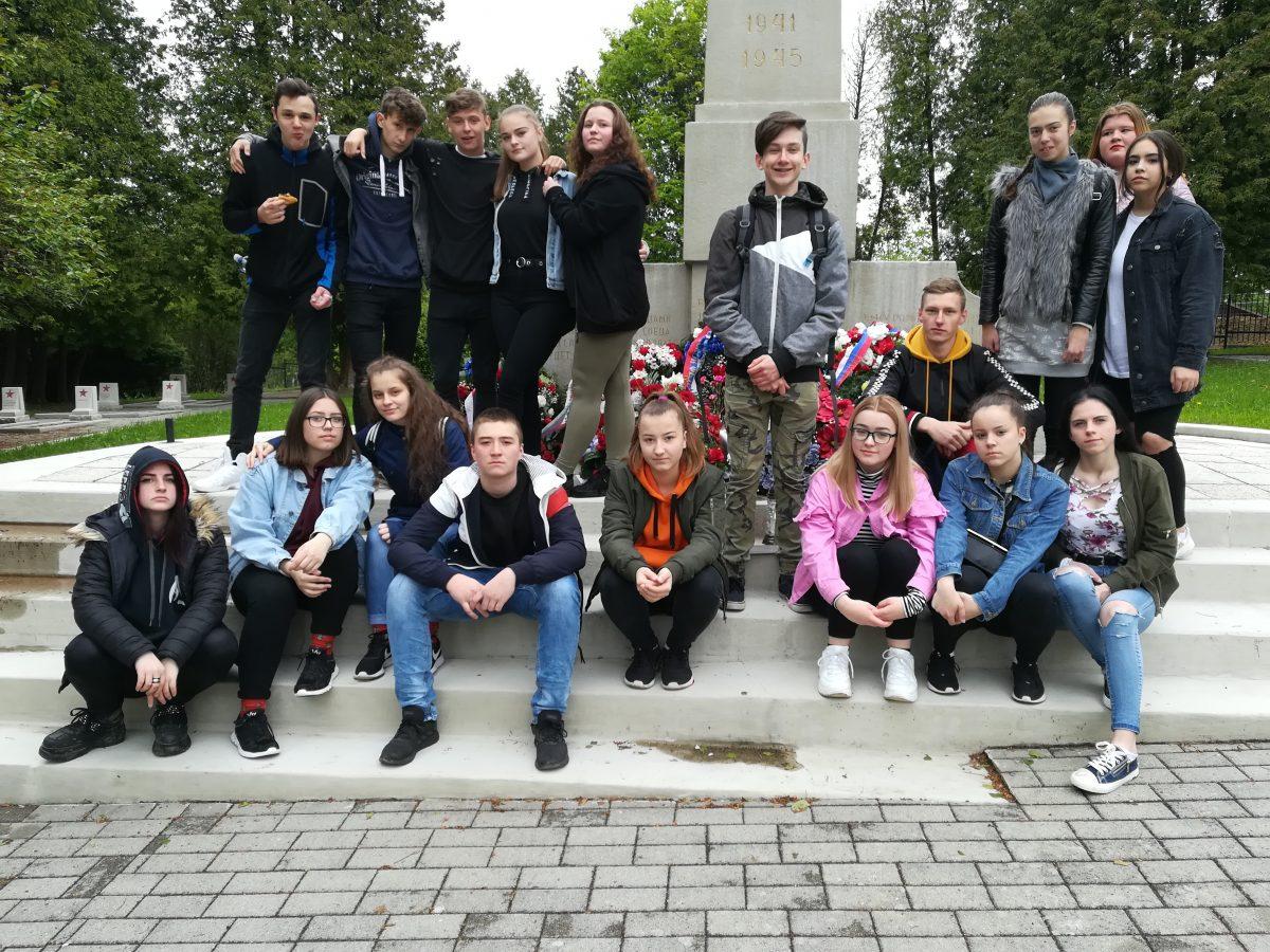 Výchovno-vzdelávacia exkurzia na vojnovom cintoríne sovietskych vojakov na Bôriku